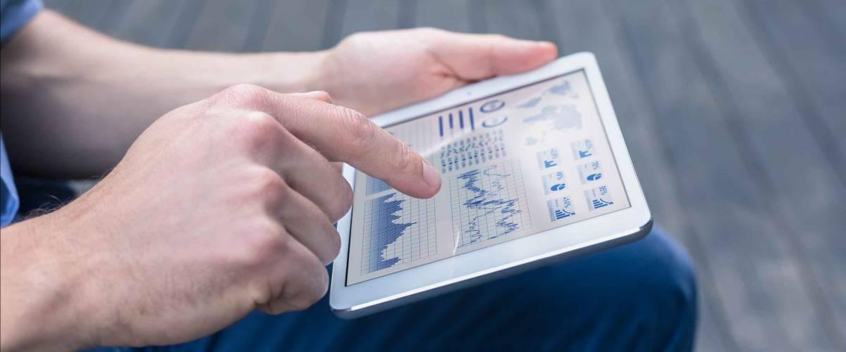 Persona che utilizza la tabella per cercare informazioni finanziarie