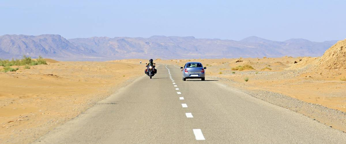 Driving through the Sahara Desert in Maroc