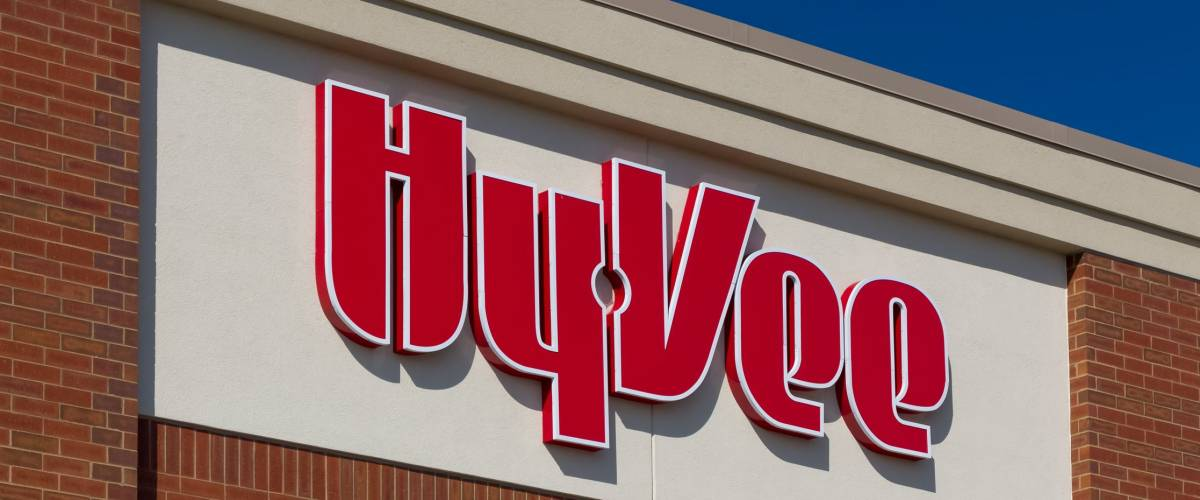 BURNSVILLE, MN/USA - MARCH 4, 2017: Hy-Vee grocery store exterior and logo. Hy-Vee is an employee-owned chain of more than 240 supermarkets located throughout the Midwestern United States.