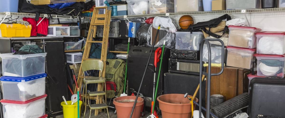 Житловий гараж наповнений відходами та сховищами