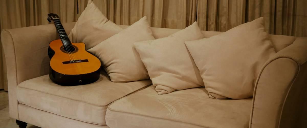 Гітара, що сидить на дивані у вітальні після використання в записі