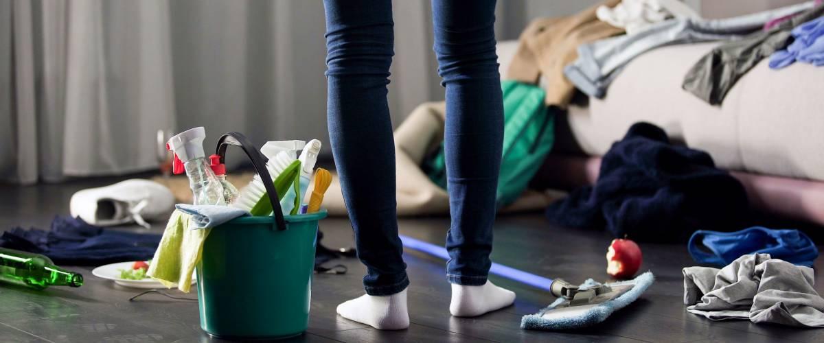 Жінку в жаху від збитку, що залишилася після вечірки в її квартирі, прибирання