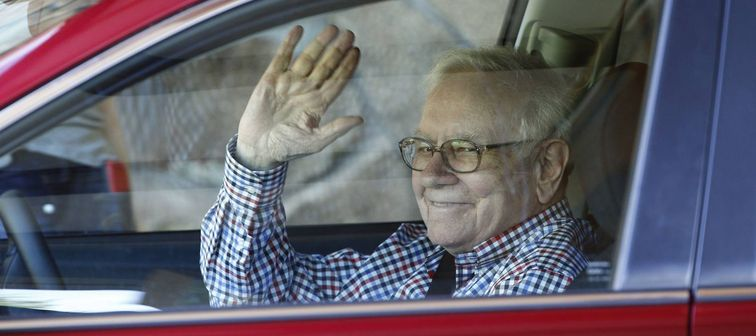 Warren Buffett arrives for a conference in Sun Valley, Idaho, July 2014
