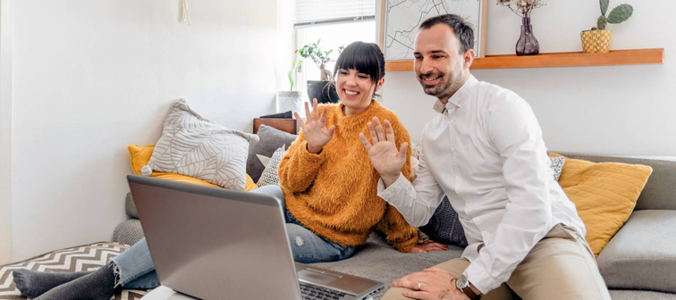 Couple chatting with online CFP
